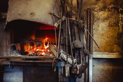 Fuoco nella fornace nella fucina, strumenti Fotografie Stock