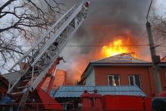 Fuoco nella zona residente, Astrakan, Russia Fotografie Stock