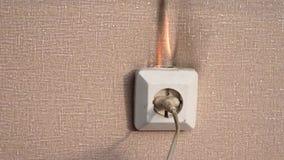 Fuoco nello sbocco di potere Vecchi collegamenti difettosi L'avvenimento di un fuoco nell'appartamento I vecchi collegamenti dife video d archivio