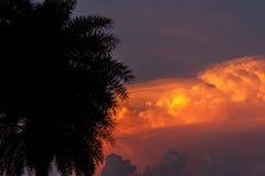 Fuoco, nuvole alla luce di tramonto, vista Fotografia Stock