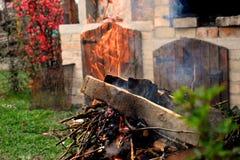 Fuoco per il barbecue nel giardino domestico in un giorno di molla fotografia stock libera da diritti