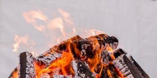 Fuoco rosso ed arancio di legno bruciante - per le mani di riscaldamento fotografie stock libere da diritti