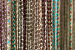 Fuoco selettivo degli accessori della collana della donna Fotografie Stock Libere da Diritti