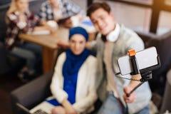 Fuoco selettivo del bastone del selfie con il telefono Fotografia Stock