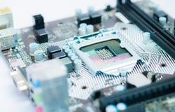 Fuoco selettivo del computer moderno della scheda madre sull'incavo del CPU fotografia stock