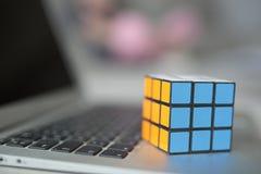 Fuoco selettivo del cubo di un Rubik Fotografie Stock Libere da Diritti