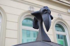 Fuoco selettivo del tetto con l'uccello nero decorato del metallo fotografia stock