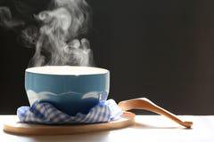 Fuoco selettivo dell'aumento del fumo con la minestra calda in tazza e cucchiaio o fotografia stock libera da diritti