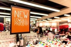 Fuoco selettivo della panoramica del negozio dell'abbigliamento del segno di sconto Immagini Stock
