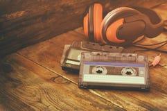 Fuoco selettivo della vista superiore delle cuffie d'annata e delle cassette Immagine Stock