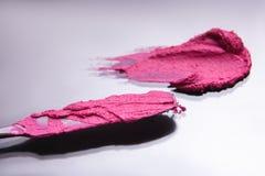 Fuoco selettivo dello strumento cosmetico rosa del colpo del rossetto Fotografie Stock Libere da Diritti