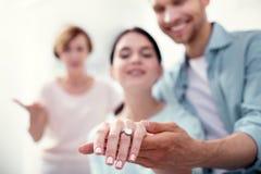 Fuoco selettivo di un anello di fidanzamento fotografia stock libera da diritti
