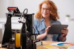 Fuoco selettivo di un filamento che è messo nella stampante 3d Immagine Stock Libera da Diritti