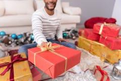 Fuoco selettivo di un regalo di Natale Immagini Stock