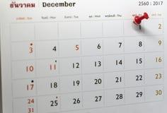 Fuoco selettivo di una marcatura rossa del perno di spinta alla data di calendario Immagini Stock Libere da Diritti