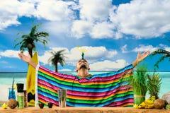 Fuoco selettivo sul barista messicano bello che sta sulle sedere Fotografia Stock