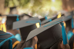 Fuoco selettivo sul cappuccio di graduazione di Front Female In Graduation Immagine Stock Libera da Diritti