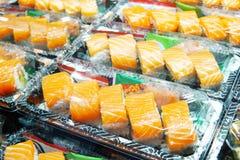Fuoco selettivo sul contenitore di color salmone di sushi Sushi di color salmone in BO asportabile Fotografia Stock Libera da Diritti