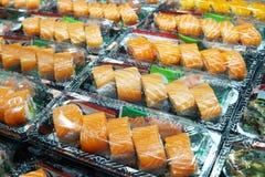 Fuoco selettivo sul contenitore di color salmone di sushi Sushi di color salmone in BO asportabile Immagine Stock Libera da Diritti
