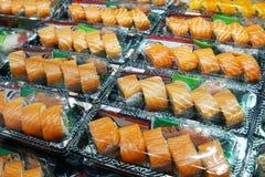 Fuoco selettivo sul contenitore di color salmone di sushi Sushi di color salmone in BO asportabile Fotografia Stock