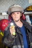 Fuoco sicuro di Holding Torch At del pompiere fotografia stock libera da diritti