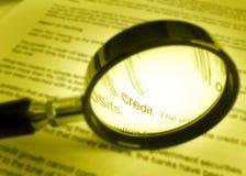 Fuoco su accreditamento di parola sul documento finanziario fotografia stock