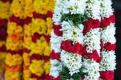 Fuoco sulla ghirlanda bianca con la rosa rossa - poca India Fotografia Stock Libera da Diritti