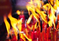 Fuoco sulle candele dopo pregare buddista nel tempio Immagini Stock