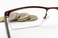 Fuoco sulle monete soldi Fotografie Stock