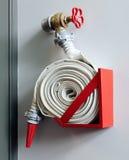 Fuoco-tubo flessibile sulla parete Fotografie Stock Libere da Diritti