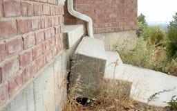 fuori casa di caduta delle scale concrete dovuto la sistemazione della terra Immagine Stock