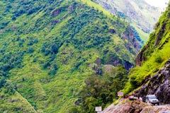 Fuori dai veicoli stradali con i turisti nell'area di conservazione di Annapurna, il Nepal fotografia stock