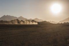 Fuori dal safari della strada in deserto con il tramonto Fotografie Stock Libere da Diritti