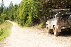 Fuori dall'avventura della strada 4x4, jeep sulla strada non asfaltata della montagna Copi lo spazio per testo immagine stock libera da diritti