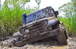 Fuori dalla sporcizia dell'automobile della strada fotografie stock