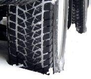 Fuori dalle ruote del camion della strada sulla fine della neve sulla foto di riserva Fotografie Stock