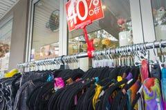 40% fuori dallo scaffale dei vestiti delle donne Fotografie Stock