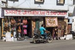 Fuori dei negozi in Udaipur Immagini Stock