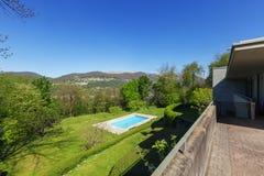 Fuori della casa moderna di estate, piscina Immagini Stock Libere da Diritti