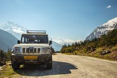 Fuori l'automobile della strada con il moutain della neve su fondo nel Sikkim, Indi Immagini Stock Libere da Diritti