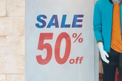 50% fuori La vendita ed il prezzo di sconto firmano sulla parete nel dipartimento Immagini Stock Libere da Diritti