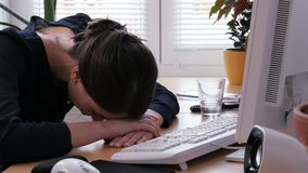 Fuori orario - la giovane donna è esaurita e frustrata sul lavoro d'ufficio video d archivio