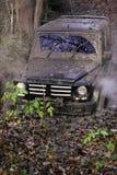FUORI STRADA Automobile che si muove attraverso una grande pozza di fango Immagini Stock