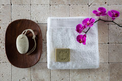 Fußpflegekonzept mit Bimsstein, Alep-Seife und weißem Tuch, flache Lage Stockfotografie
