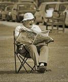 Furando domingo de manhã o jornal lido foto de stock royalty free