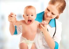 Furcht vor Doktor. Baby schreit an einer Aufnahme an Doktor Stockbilder