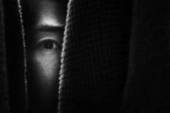 Furchtfrau, die im Wandschrank sich versteckt stockfoto