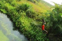 Furchtloser Junge springen stockfotografie