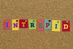Furchtloses Wort geschrieben auf bunte klebrige Anmerkungen Stockbilder