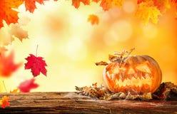 Furchtsam hallowen Kürbis auf Holz Lizenzfreie Stockfotografie